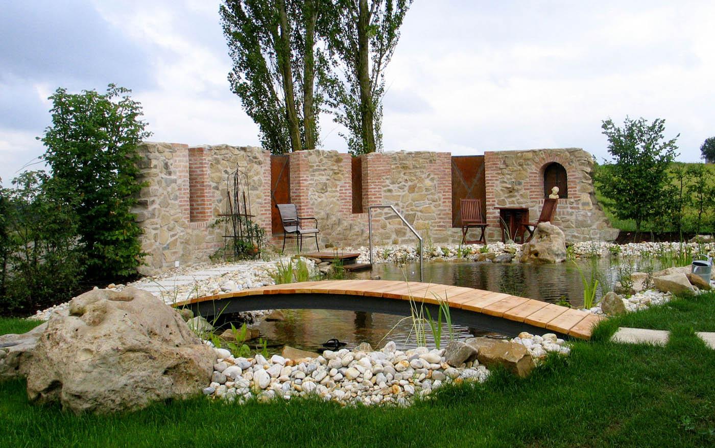 Schwimmteich naturpool gartengestaltung gartenbau for Gartengestaltung wall