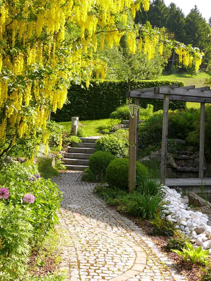 Weg im garten pflastern for Gartengestaltung wege