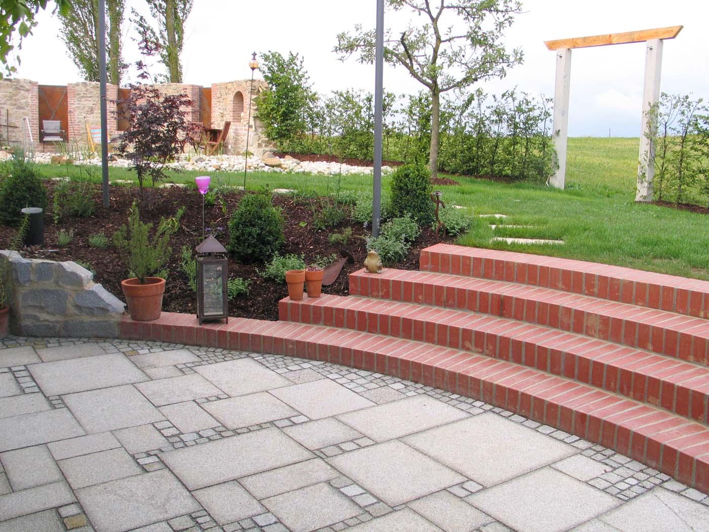 Terrassen sitzplaetze holz gartengestaltung gartenbau for Gartengestaltung wege